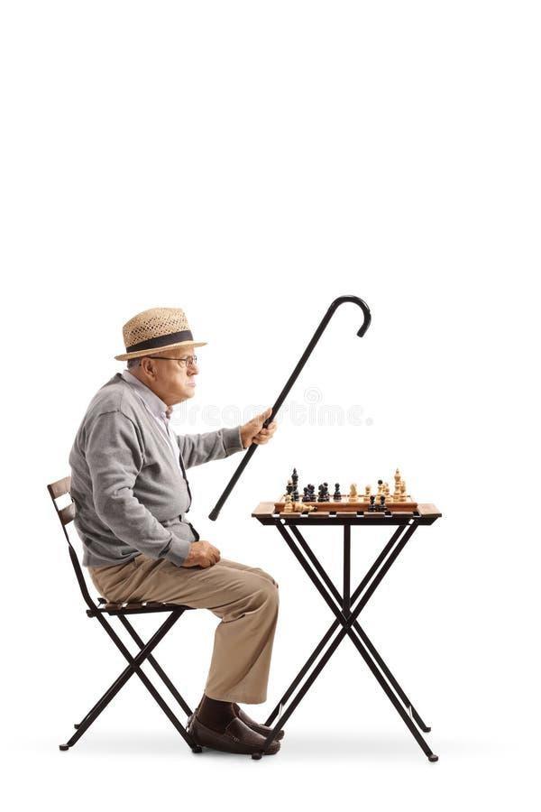 Oudste gezet bij een lijst die een spel van schaak en het debatteren spelen stock foto