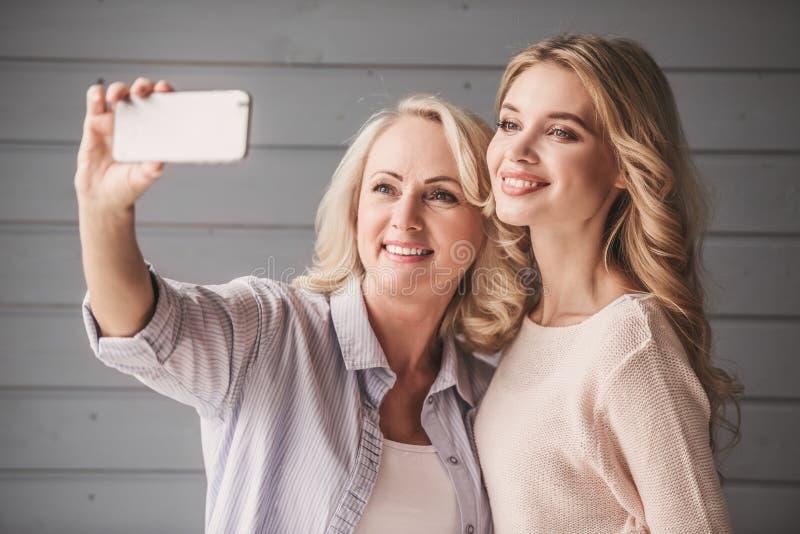 Oudste mum en volwassen dochter royalty-vrije stock foto's