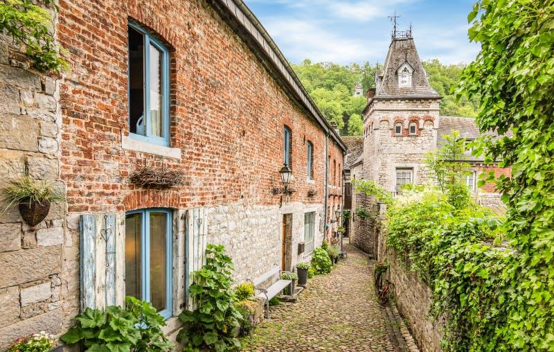 Oudste smalle en bedekte keistraat in Durbuy, België stock foto