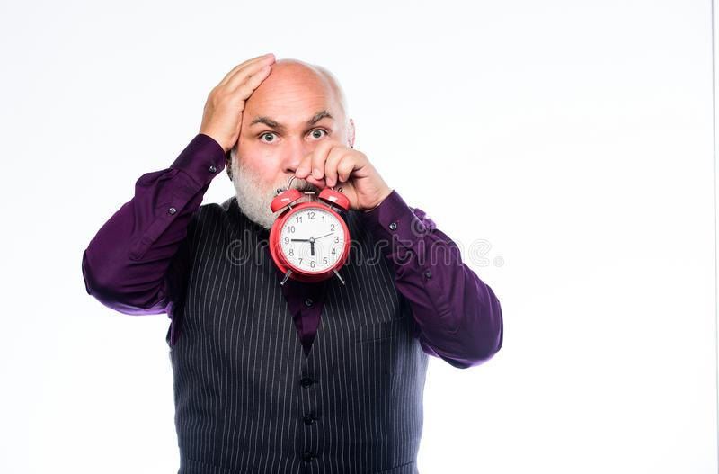 Oudste timekeeper tijd en leeftijd timekeeping rijpe gebaarde mens met wekker Pensionering horlogemaker of horloge stock afbeeldingen