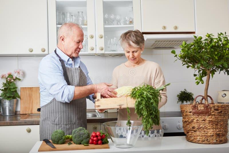 Oudsten als paar die samen koken stock afbeelding