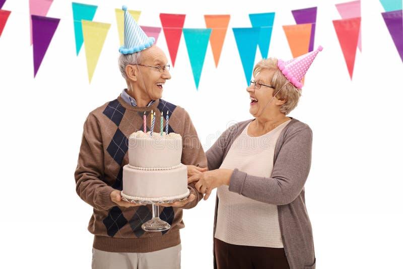 Oudsten die een verjaardag vieren en elkaar bekijken royalty-vrije stock afbeeldingen