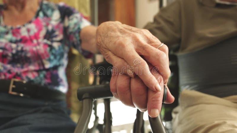 Oudsten die handen houden stock footage