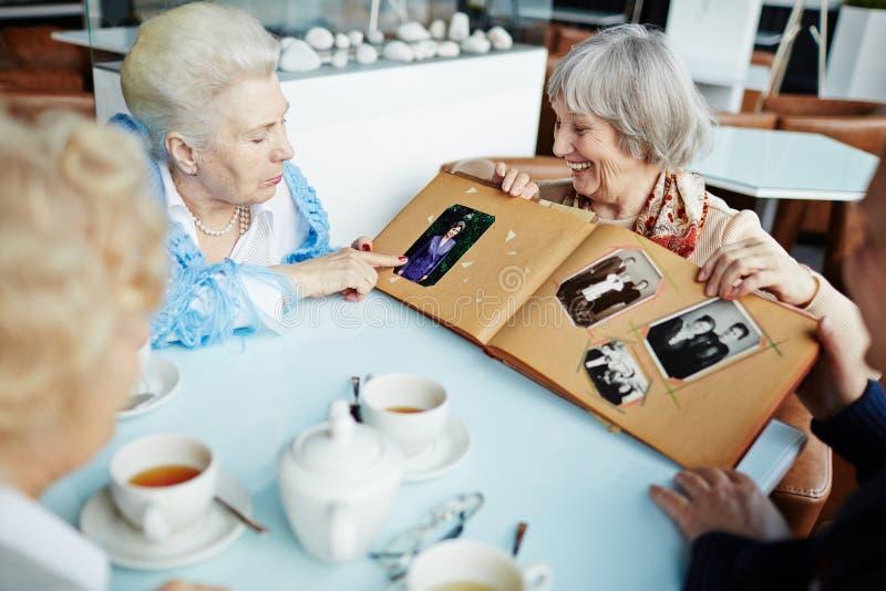 Oudsten die in koffie ontspannen stock afbeelding