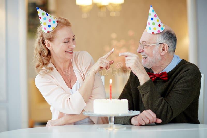 Oudsten die Pret hebben bij Verjaardagspartij stock foto's