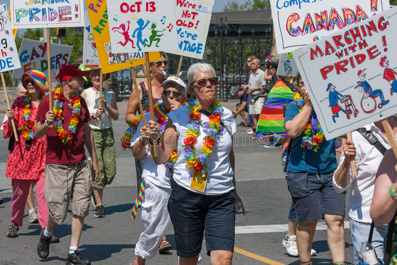 Oudsten die in Pride Parade lopen stock fotografie