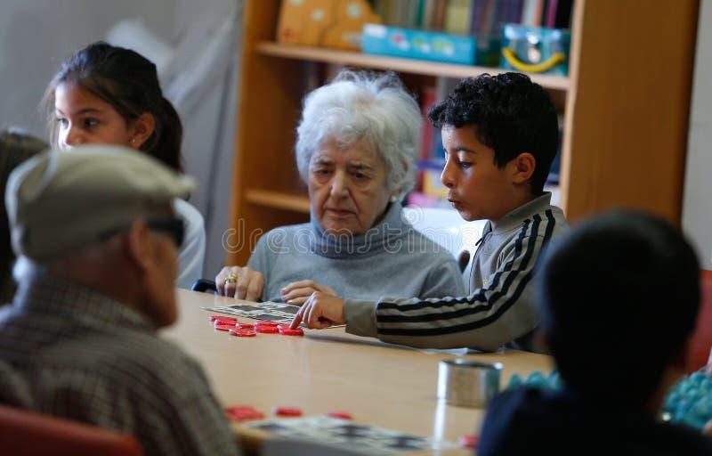 Oudsten en childs tijdens therapeutische activiteiten op een verpleeghuis in Mallorca royalty-vrije stock foto