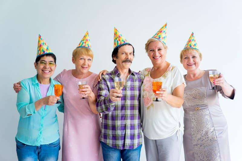 Oudsten op een verjaardagspartij stock foto