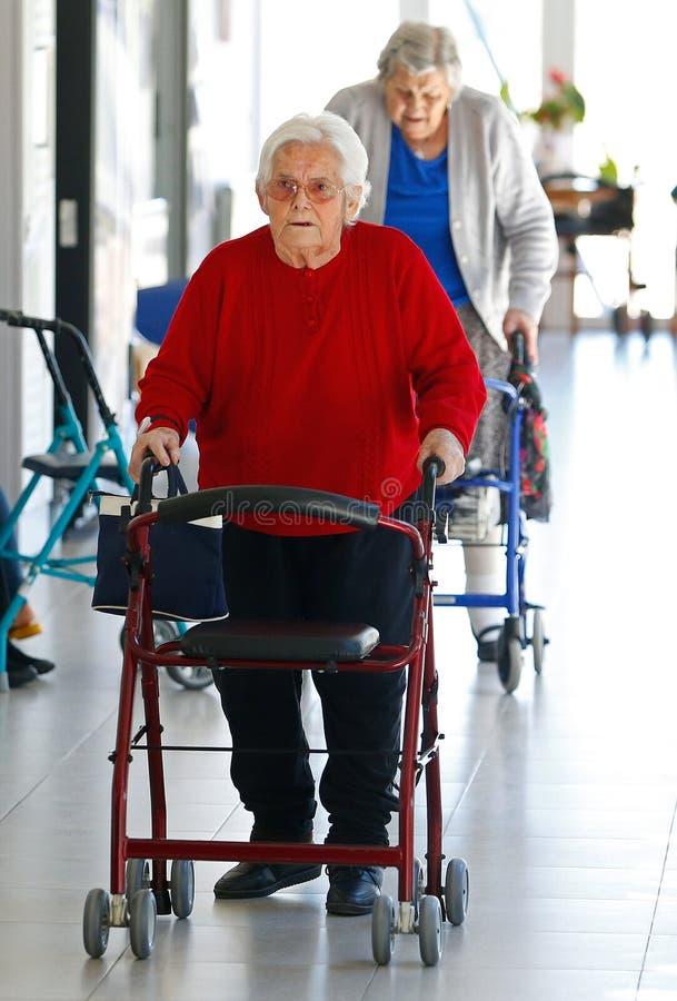 Oudsten tijdens hun daylife op een verpleeghuis in de verticaal van Mallorca stock foto's