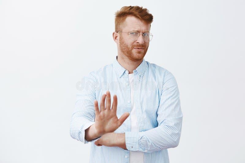 Ouf, aucun mercis, je passe Homme roux mûr bel détaché et indifférent contrarié avec la barbe, tournant loin images stock
