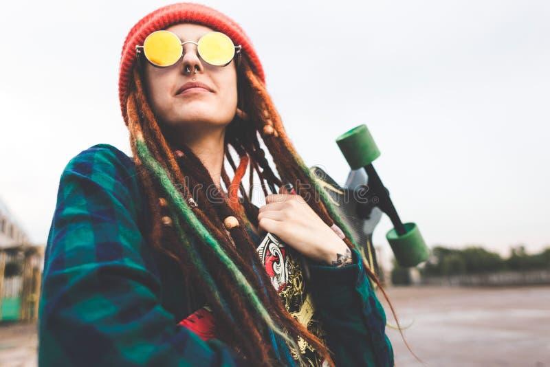 OUFA, RUSSIE - 12 septembre 2018 la photo éditoriale de la jeune fille dans les lunettes de soleil et un chapeau se tient avec un image stock
