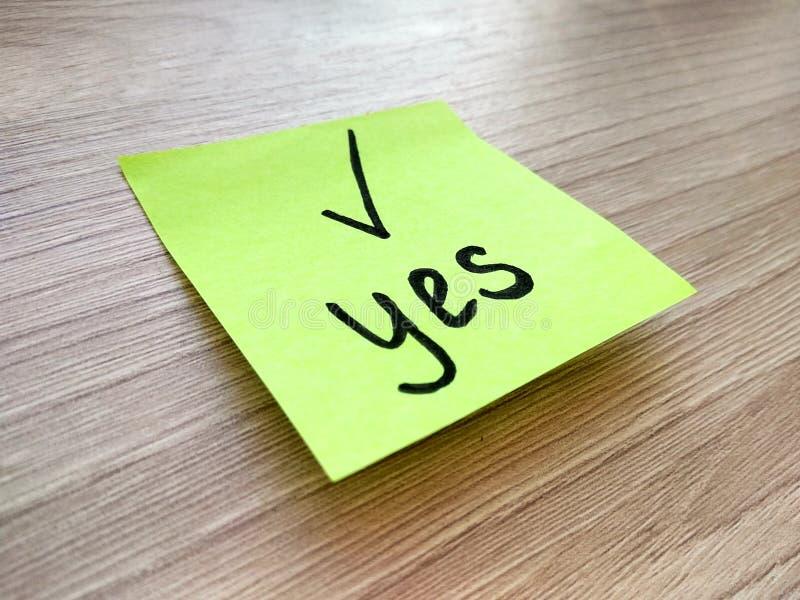 Oui message sur la note collante sur le fond en bois Concept d'accord et de conformité image stock