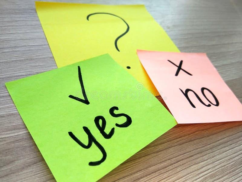 Oui ou non message de question sur les notes collantes sur le fond en bois Résolution des problèmes et concept de choix photo stock