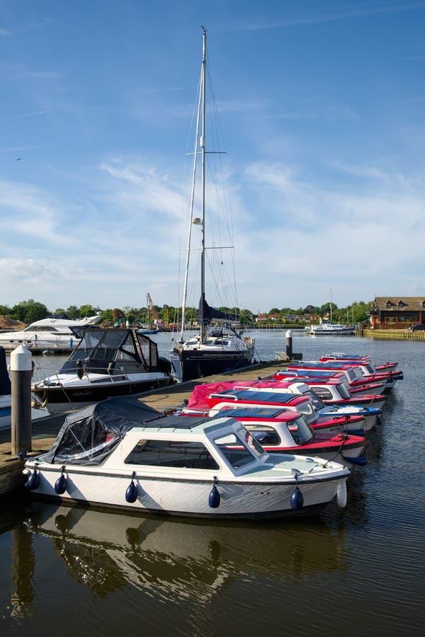 OULTON, NORFOLK/UK - 23 DE MAYO: Barcos amarrados en Oulton amplio en el Ou fotografía de archivo