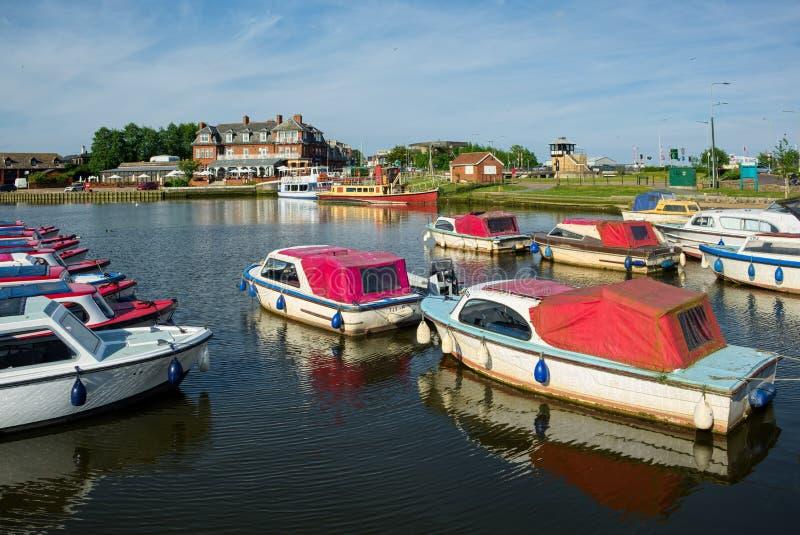 OULTON, NORFOLK/UK - 23 DE MAYO: Barcos amarrados en Oulton amplio en el Ou foto de archivo libre de regalías
