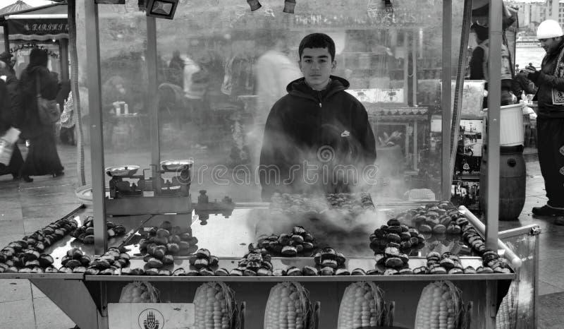 Oumbärliga tinget till Istanbul grillade kastanjer Kastanjebrun säljare av arkivfoto