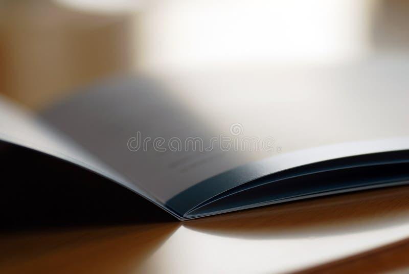 öppnad broschyr arkivbild