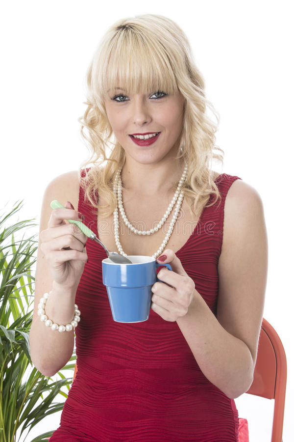 Oung妇女饮用的咖啡 库存图片