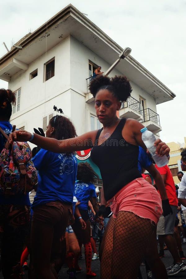 oung Mädchen tanzt während des Straßenkarnevals lizenzfreies stockbild