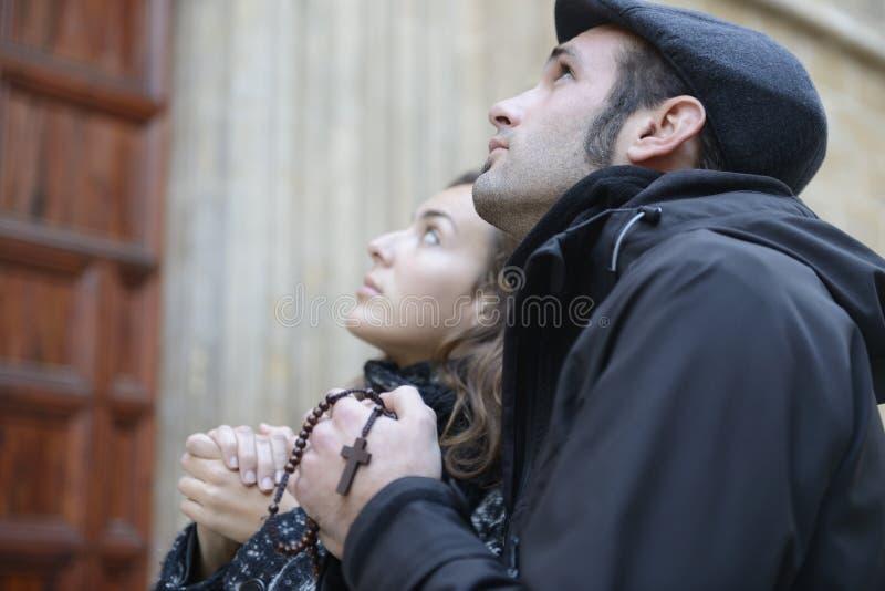 Oung para ono modli się bóg używa modlitewnych koraliki zdjęcie royalty free
