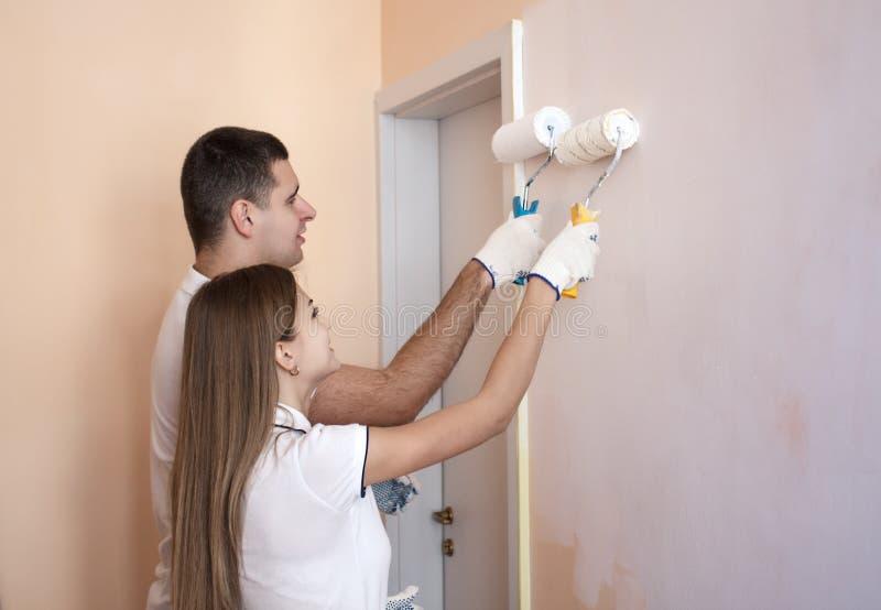 Download Oungs Paare, Die Innenwand Des Neuen Hauses Malen Stockbild   Bild  Von Hardhat