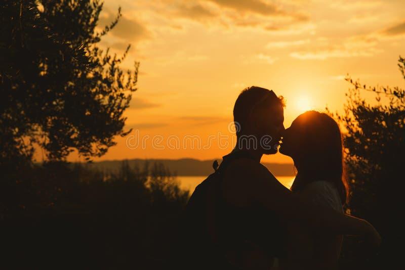 Ouple ¡ Ð целуя на заходе солнца на озере Garda, Италии стоковое фото rf
