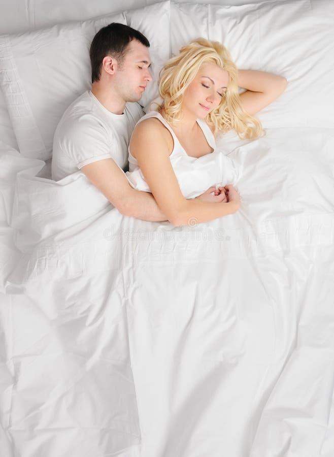 Ouple, das in einem Bett schläft stockfotos