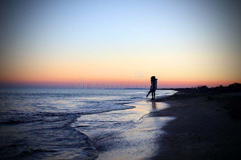 Ouple del ¡de Ð en amor en la puesta del sol fotografía de archivo libre de regalías