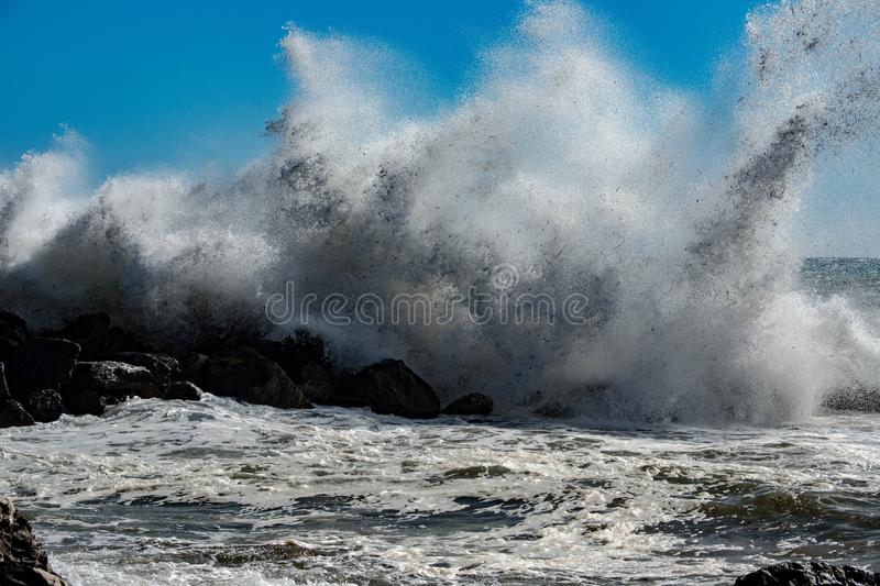 Ouragan tropical de tsunami sur la mer photos libres de droits