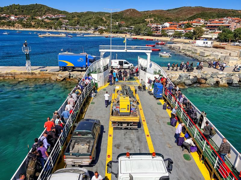 09 20 2018 - Ouranopolis/Grecia: Pellegrinaggio dei credenti in traghetto al monte Athos r immagine stock libera da diritti