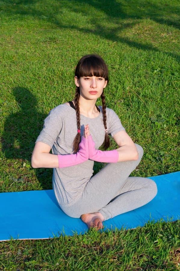 Ourdoors de pratique de yoga de femme image libre de droits