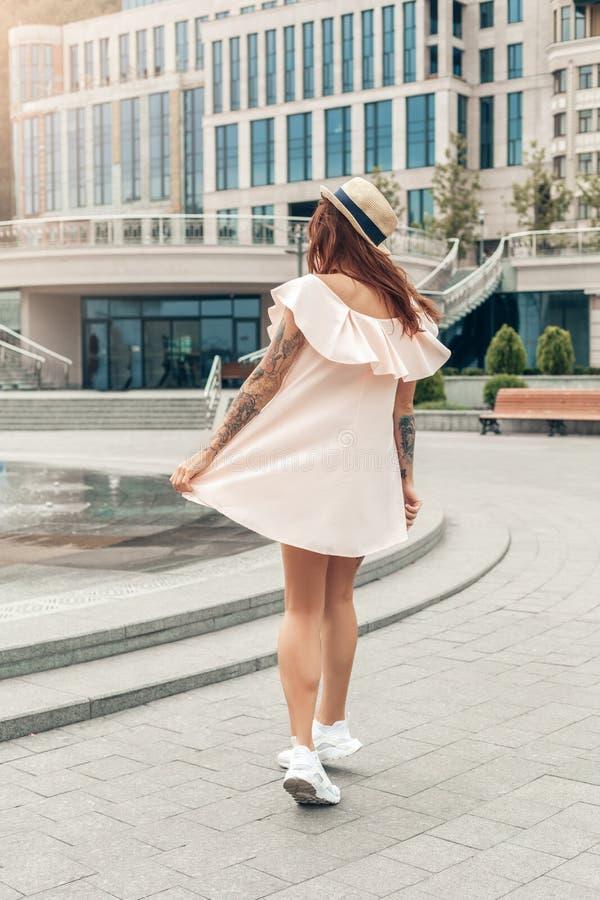 Ourdoorsvrije tijd Meisje die op de straat dichtbij van de de rok achtermening van de fonteinholding volledig het lichaamsschot l stock afbeeldingen