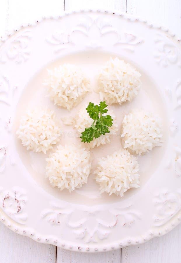 Ouriços, costoleta da galinha com arroz em uma placa imagem de stock royalty free