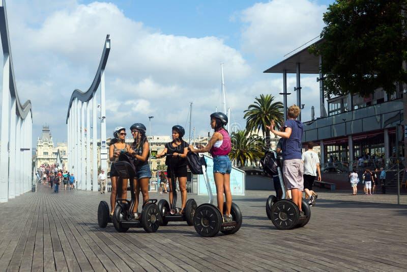 Ourist em uma excursão de Segway no porto Vell Barcelona imagens de stock royalty free
