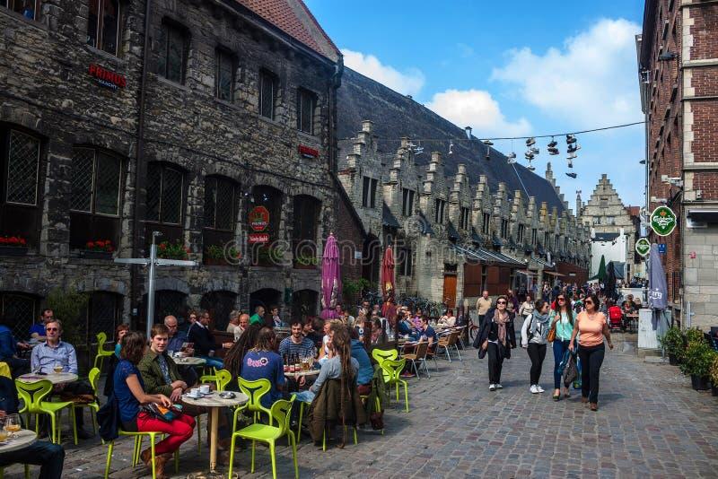 Ourists在绅士,比利时的市中心 库存照片