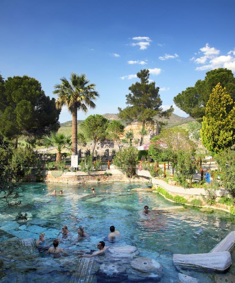 Ourists badning i forntida pöl i Turkiet royaltyfria foton