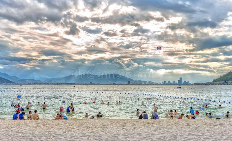 Ourists cieszy się plażę póżno w popołudniu fotografia royalty free