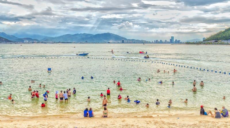 Ourists cieszy się plażę póżno w popołudniu zdjęcie stock