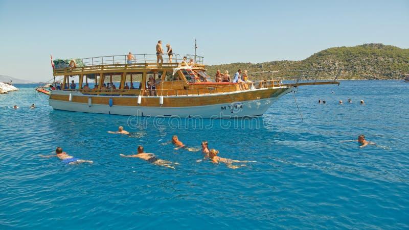 Ourists pływanie w morzu od statku ` s strony zdjęcie stock