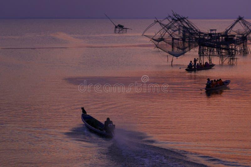 Ourists toma um barco para ver a rede de mergulho quadrada na manhã imagens de stock royalty free