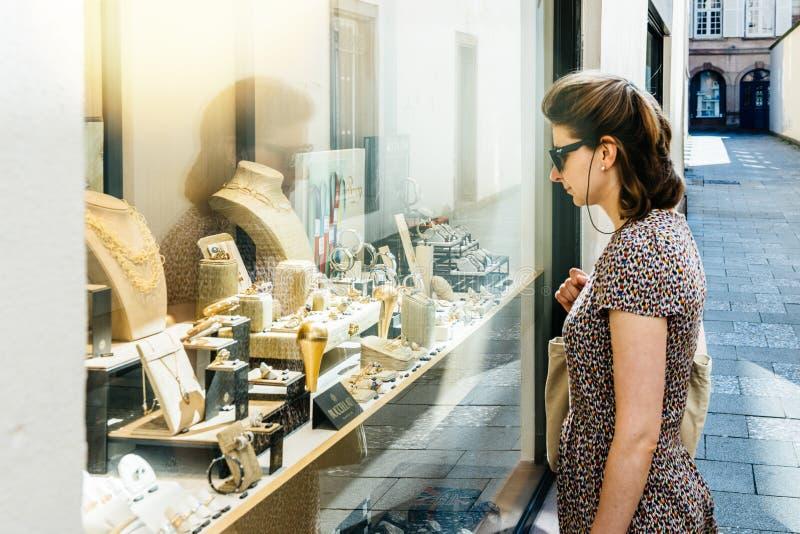 Ourivesaria luxuosa da forma da mulher que vende gemas múltiplas imagens de stock royalty free
