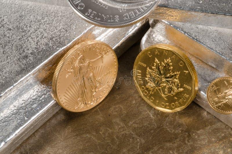 Ouro americano Eagle Vs Bordo canadense do ouro fotografia de stock