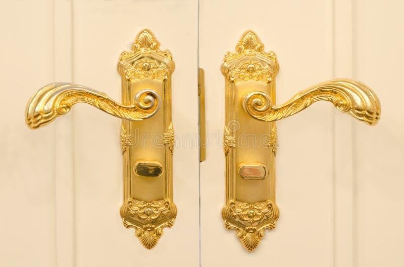 Ouro antigo puxador da porta chapeado fotografia de stock royalty free