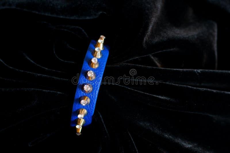 Ouro azul plástico da joia do bracelete da decoração fotos de stock royalty free