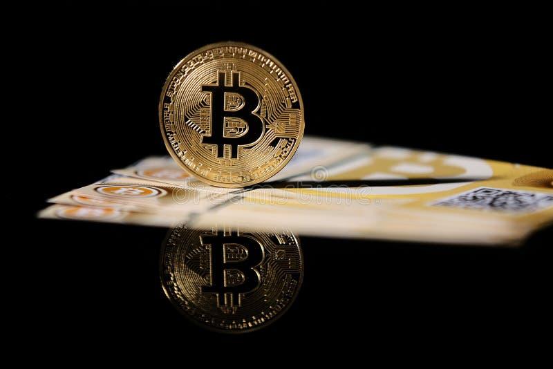 Ouro Bitcoin e cédulas foto de stock