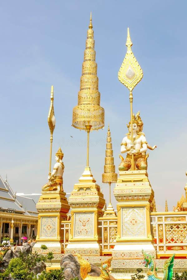 Ouro bonito de algumas estruturas suplementares em torno do crematório real com o céu azul no 4 de novembro de 2017 imagens de stock