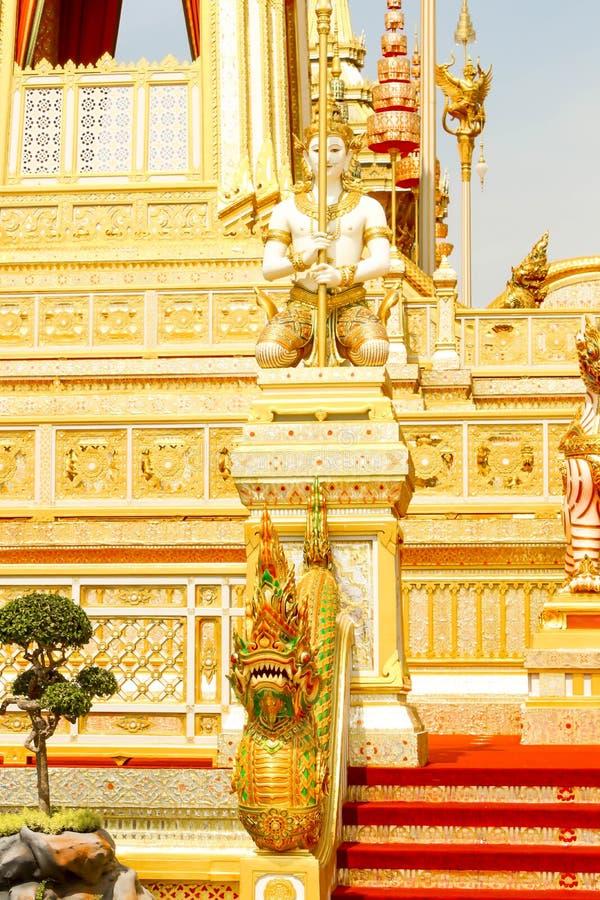 Ouro bonito de algumas estruturas suplementares em torno do crematório real no 4 de novembro de 2017 fotografia de stock royalty free