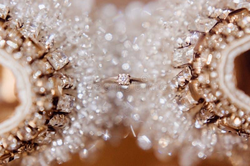 Ouro branco ou casamento Ring With Gemstone da platina fotos de stock royalty free