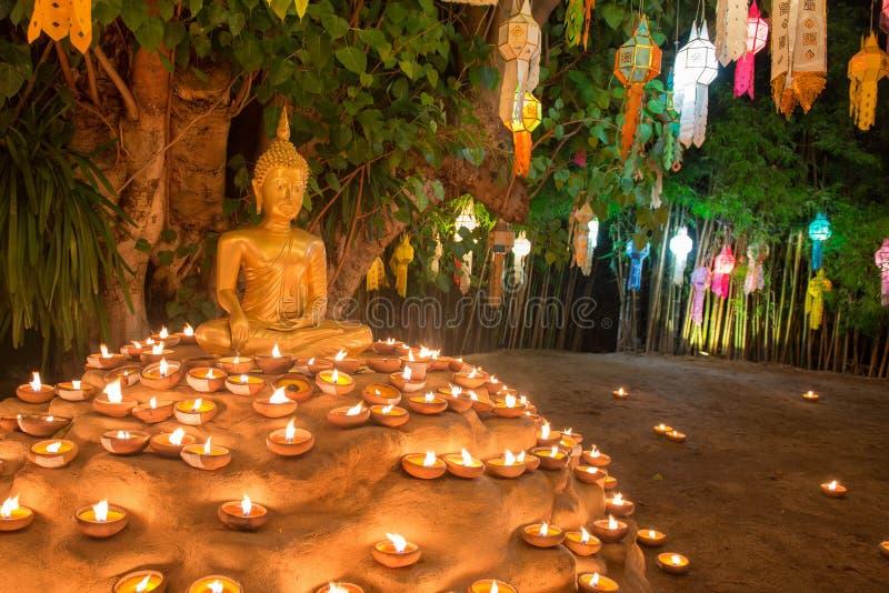 Ouro buddha no templo Chiang Mai Tailândia de Wat Phan Tao fotografia de stock