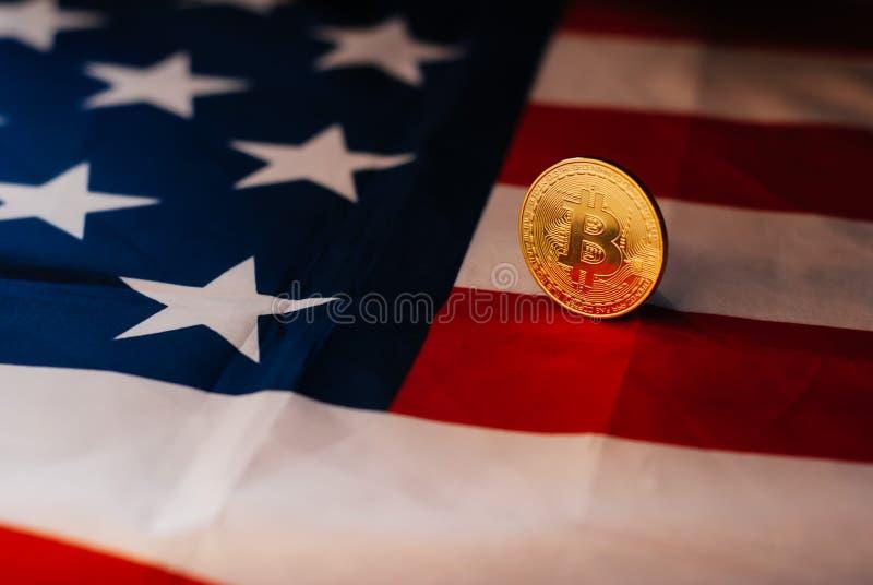 Ouro de Bitcoin e a bandeira do Estados Unidos, imagem de stock royalty free